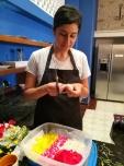 Preparando las flores para la decoración