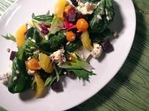 Ensalada Remolacha y arándanos, con endivias, uchuvas, naranjas y semillas.