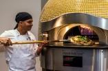Las pizzas se hacen con masas fermentadas y son delgadas y crujientes..