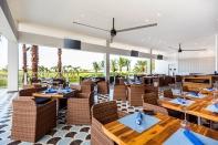 El restaurante Sea Salt Grill, especializado en platos a la parrilla de carbón, cocina estadounidense y colombiana está junto al campo de golf.